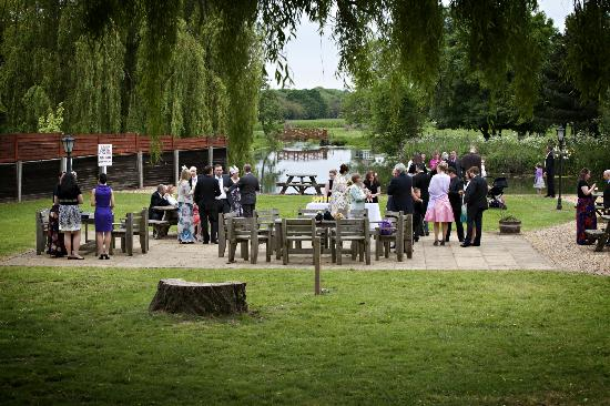 Queens Head Inn Nassington: Drinks down by the river