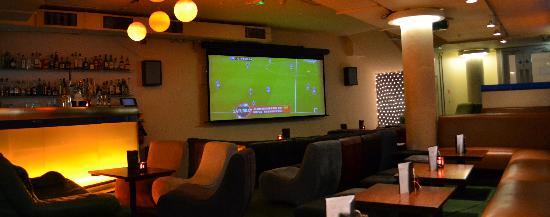 lotus lounge cinema screen picture of jetlag sports bar london tripadvisor. Black Bedroom Furniture Sets. Home Design Ideas