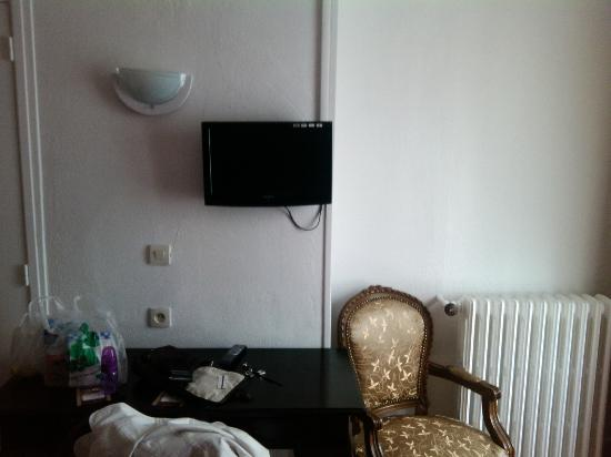 Zazie Hôtel : small LCD TV with french channels only