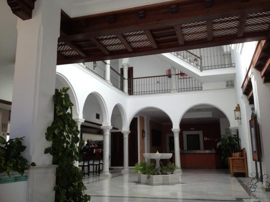 Dona Lola Zahara: entrada al hotel