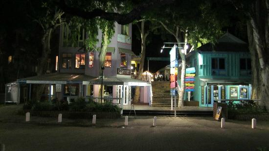The Villas Palm Cove: Palm Cove shopping at night