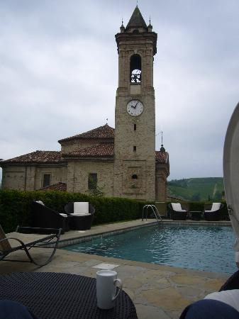 Hotel Castello di Sinio: Looking from deck chair across pool