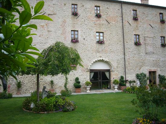 Hotel Castello di Sinio: View from outside dining area to reception door