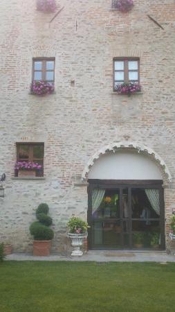 Hotel Castello di Sinio: Windows with flower boxes, main entry 