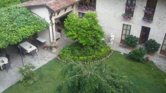Hotel Castello di Sinio: Looking down from our room to courtyard