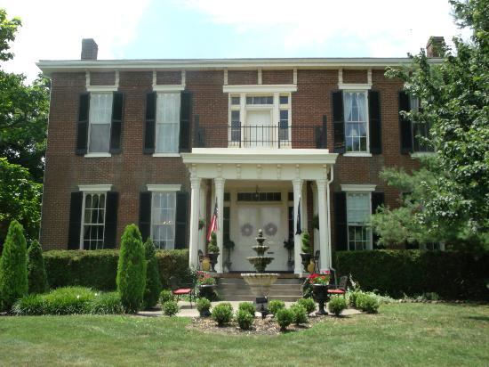 1851 هيستوريك مابل هيل: Front of the manor. Private balcony outside the honeymoon suite. 