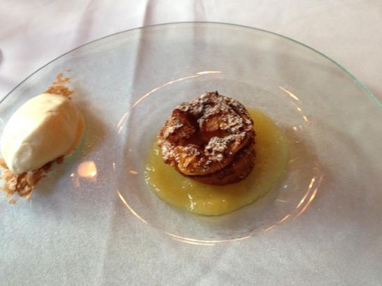 Hotel de l'Institut: 5th course - apple pie w/ caramel ice cre