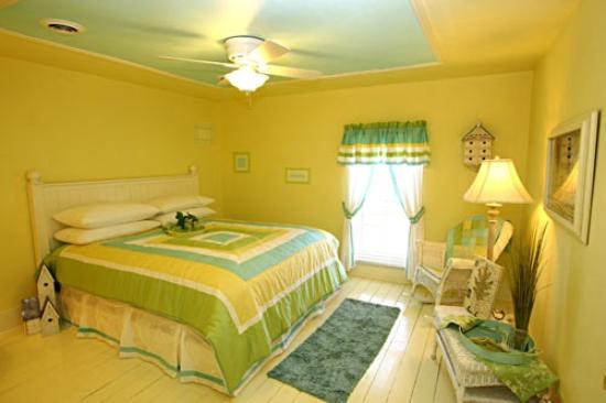 Okoboji Country Inn: 2nd Floor Room with Queen Sized Bed