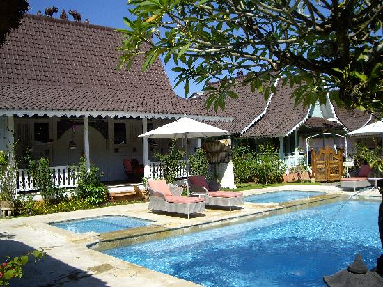 Hotel Puri Tempo Doeloe: one of the cottages and pool
