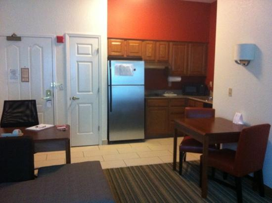 Residence Inn Orlando Convention Center: from living room to front door