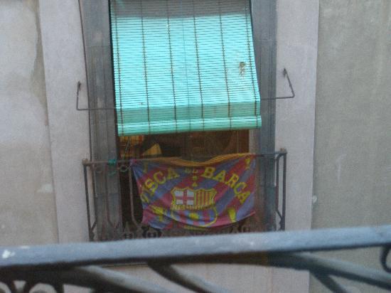 โรงแรมเดลมาร์: Lo que veo desde la habitacion (da a la calle trasera)
