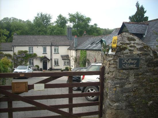 Kilbury Manor: enter through the country gate - our room was on the right in the barn