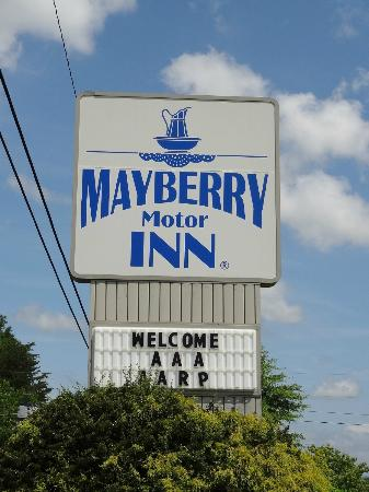 Mayberry Motor Inn: Sign at Road