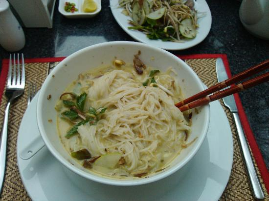 Check Inn Siem Reap: local noodle soup for breakfast