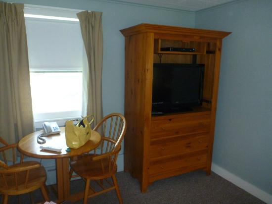 Fairway Motel: Table and Entertainment Center