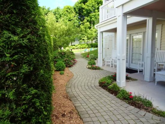 Harbour View Inn : Garden path leading to the Guest House