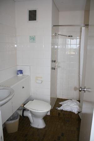 Atrium Hotel Mandurah: upstairs bathroom