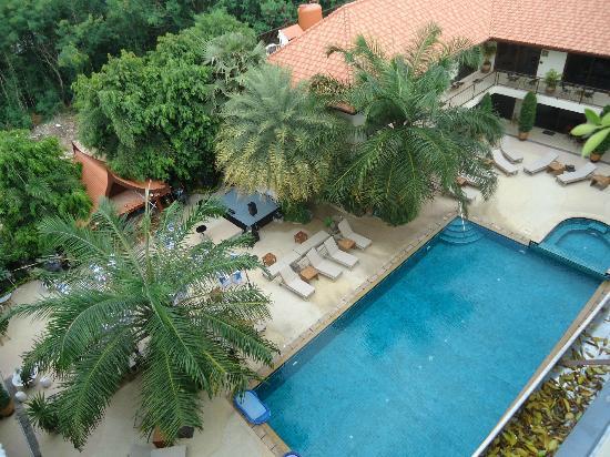 บ้านสวยรีสอร์ท: View of pool from upper level