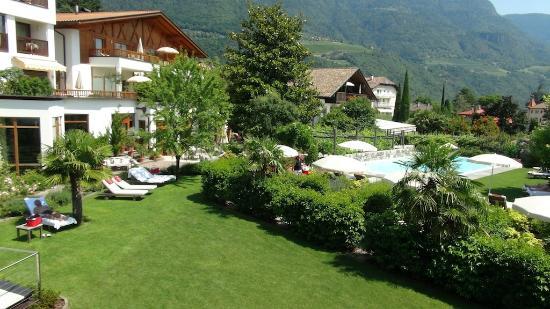 Ansitz Plantitscherhof: Outlook from Elegant Double (Garden View) Room