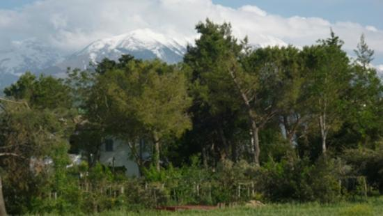 Agriturismo Madonna degli Angeli: Main house with snowed montain on the back