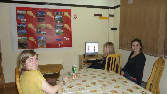 Yerevan Hostel: Relaxing in the dining area