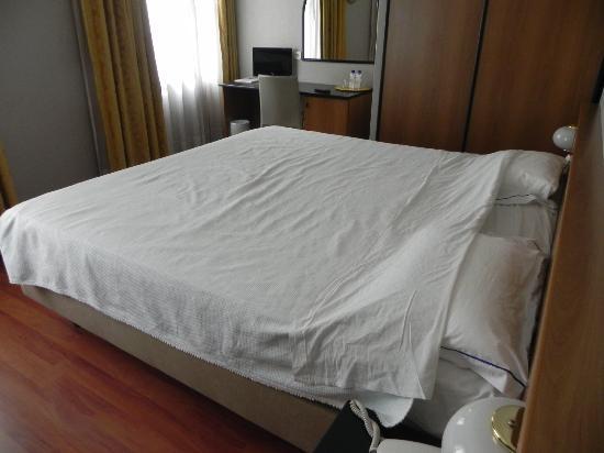Hotel 3K Madrid: Room 207, big bed, small LCD TV