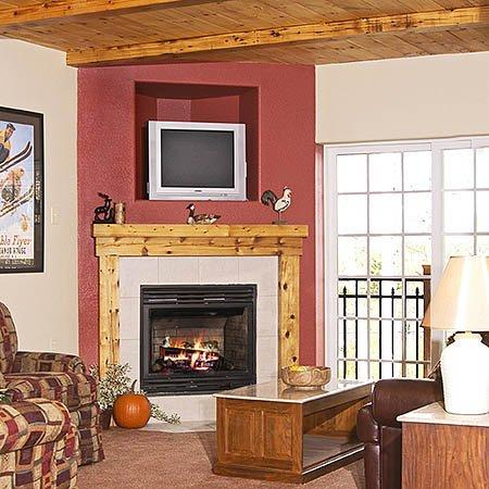 Mountain Edge Resort & Spa at Sunapee: Den Suite Living Room
