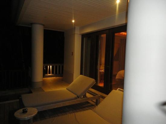 Trisara Phuket: 夜のデッキ