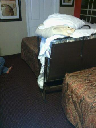 Days Inn Ridgefield NJ: Roll-Away Bed - doesn't come close to fitting in the room.