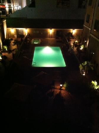 Courtyard Shreveport-Bossier City/Louisiana Boardwalk: Pool area at night