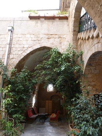 Fauzi Azar Inn by Abraham Hostels: Cortile interno