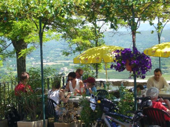 Lacoste, Francia: Beautiful Terrace Overlooking Valley