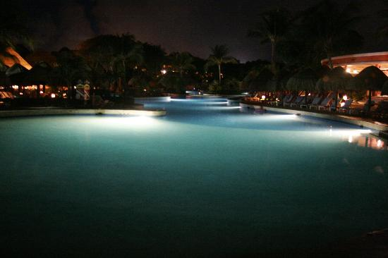 Iberostar Quetzal Playacar: Pool at night