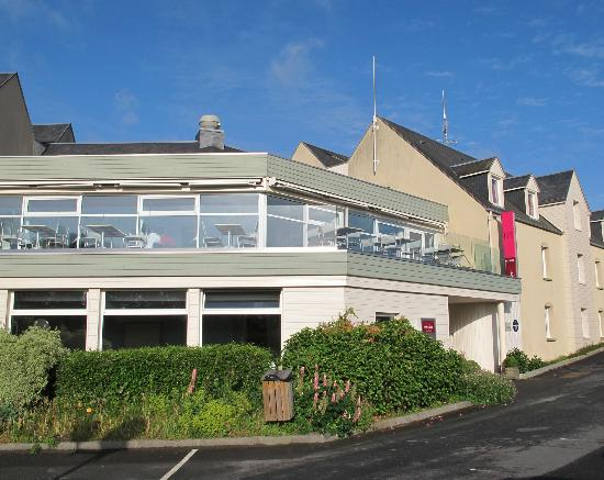 Mercure Hotel Omaha Beach : Front of hotel showing first floor breakfast room