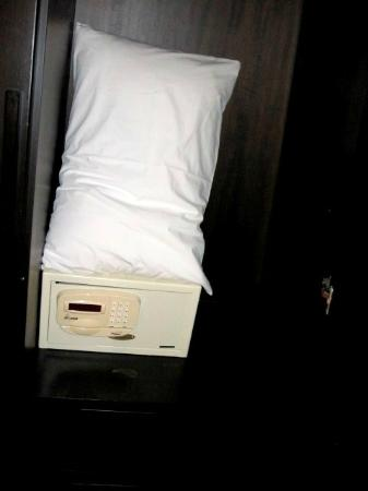 Bangkok Natural Spa & Resort: xtra pillows n safety box