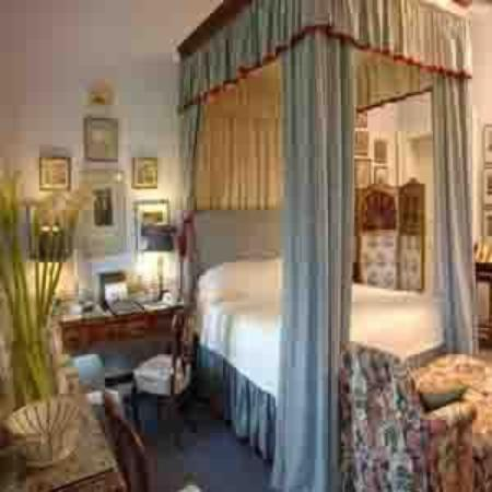 Glin Castle: GUEST ROOM