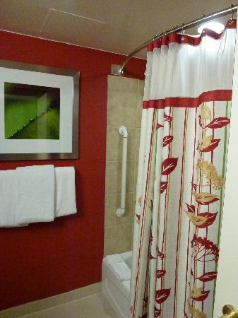 Courtyard by Marriott Stamford Downtown : shower