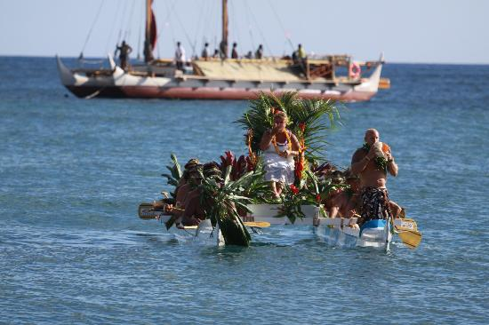 Arriving at Canoe Beach, Hokulea in the background ...