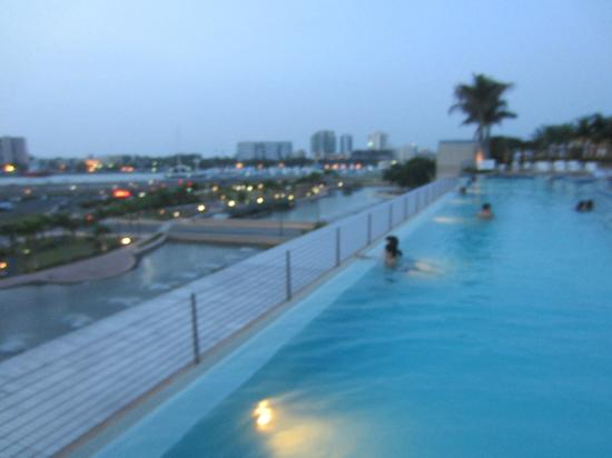 Sheraton Puerto Rico Hotel & Casino: Pool overlooking the bay and skyline