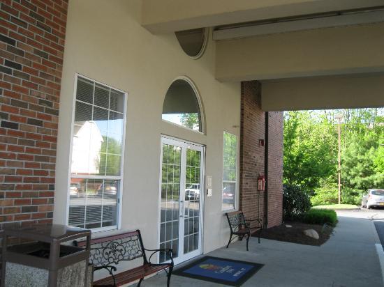 Quality Inn: Hotel entrance