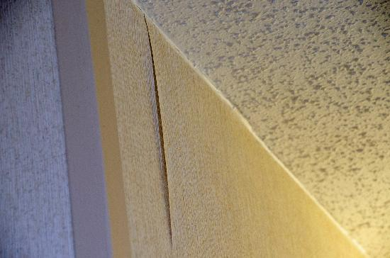Days Inn Altus: Peeling wallpaper - just 1 example of many loose seams