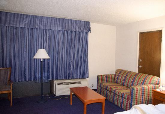 Days Inn Altus: My room - note old A/C, carpet, mess of electrical cords