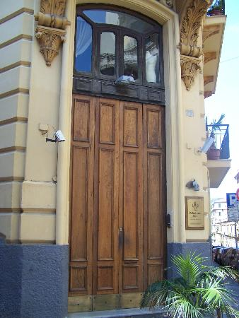 Pinto-Storey Hotel: Outside front door