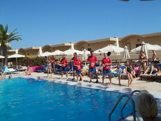 Sun Beach Resort Complex : dancing in the swiming pool with the mini club.