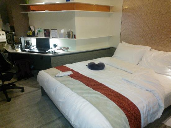 The Charterhouse Causeway Bay Hotel: Bedroom/living space Rm 222