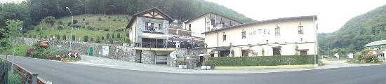Fontaine Bleue Hotel: Het hond vriendelijke hotel gezien vanaf het strandje