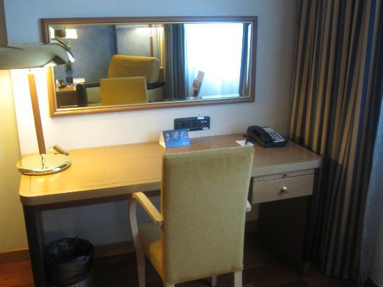 Radisson Blu Hotel, Kyiv: Desk