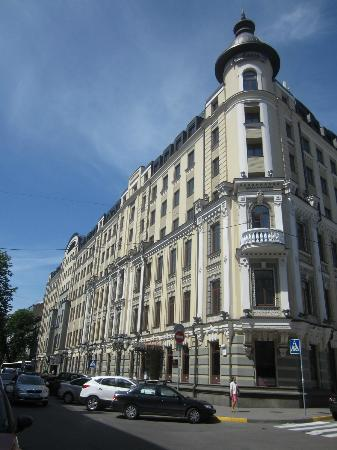 Radisson Blu Hotel, Kyiv: View from street when approaching hotel