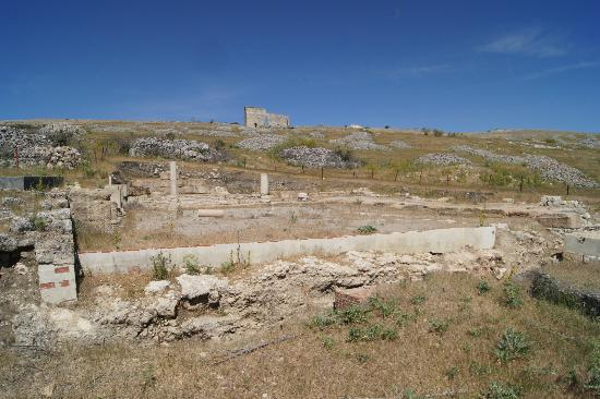 Ciudad romana de Acinipo: the baths with theatre in the background