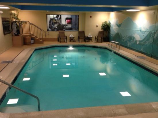 Hampton Inn San Francisco - Daly City: Indoor Pool, fitness room is next door (in the window)